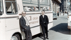 Arnold Schmitt (l.) and Reinhard Mohn in 1967, in front of a Círculo de Lectores bus in Barcelona