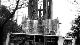 A Círculo de Lectores promotional bus, shown against the backdrop of the famous Sagrada Familia church designed by Spanish architect Antoni Gaudí