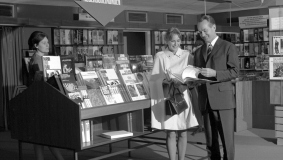 Reinhard Mohn with an interested customer at the academic publishing company's book stand