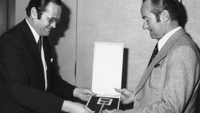 The architect Robert Rathai presents the key to Reinhard Mohn in January 1976