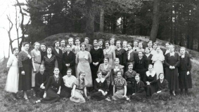 Group portrait without gentlemen: The female staff members of C. Bertelsmann Verlag on a picture taken during the anniversary year 1935