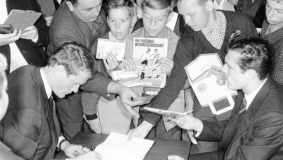 Large crowds at an autograph session with Franz Beckenbauer and Sepp Maier (l.); Picture taken in 1966 at the Munich Lesering branch