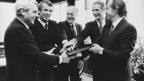Signing of the contract between Bertelsmann and RCA in 1985 Mark Wössner, Michael Dornemann, James A. Alic, Richard W. Miller (both RCA) and Egmont Lüftner (left to right)