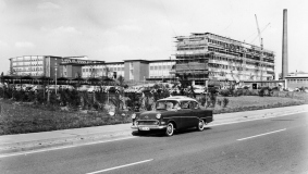 In 1958, an ultra-modern building complex is constructed along Friedrichsdorfer Strasse, today Carl-Bertelsmann-Strasse