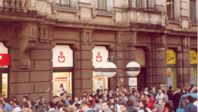 Large crowds at the opening of the first Club branch in Dresden in December 1989