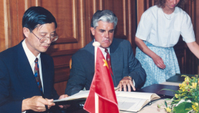 Ha Jiuro and Manfred Herriger sign the cooperation agreement to found the Bertelsmann Shanghai Culture Co. on November 6, 1994 in Gütersloh