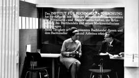 In 1960 Bertelsmann establishes the Institute for Research on the Book Market in Hamburg. It is devoted to business consulting for the book trade and published a number of relevant standard works. Shown here presenting at the Frankfurt Book Fair.