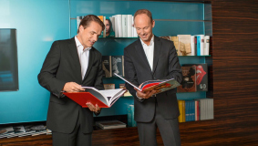 Penguin Random House CEO Markus Dohle (l) and Bertelsmann Chairman & CEO Thomas Rabe
