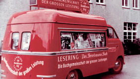 In the early 1950s, the advertising buses become a striking hallmark for the Lesering.